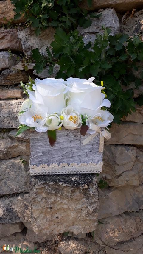 Rózsabox vintage fehér-bézs virágokkal (vintageajandek) - Meska.hu