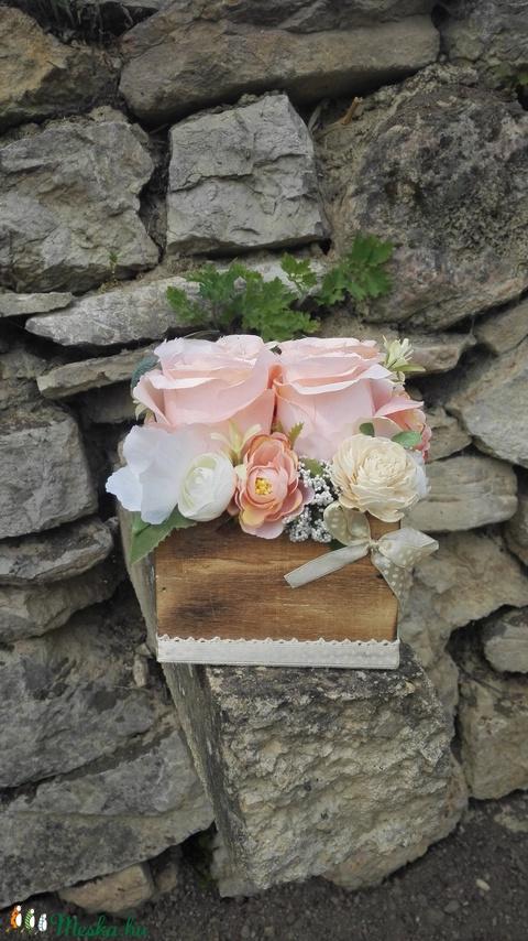 Rózsabox fa dobozban vintage púder-bézs virágokkal (vintageajandek) - Meska.hu