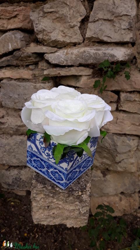 Rózsabox  mintás fa dobozban vintage fehér selyem virágokkal (vintageajandek) - Meska.hu