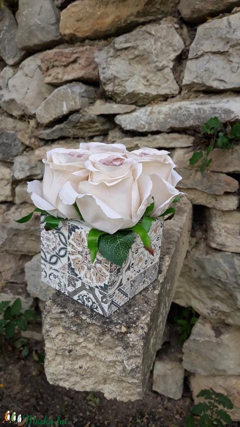 Rózsabox  mintás fa dobozban vintage cappucinó selyem virágokkal (vintageajandek) - Meska.hu