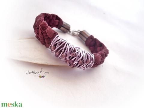 Lila bőr karkötő gyöngyökkel - Meska.hu