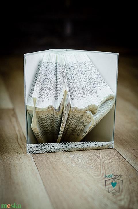 Egyedi szimbólumot formázó könyvszobor - Hit - Remény - Szeretet - E247 (Wolfabric) - Meska.hu