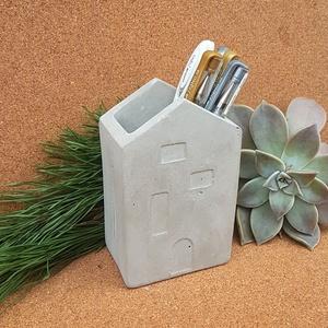 Apa tolltartója -Házikó betonból - feliratozható, Otthon & Lakás, Tárolás & Rendszerezés, Íróasztali tároló, Írószertartó betonból - Kaspónak is használható   A házikó forma a családra, az otthon melegére assz..., Meska