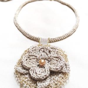 Virágos- Nyári Nyaklánc- Mágneskapcsos, Ékszer, Nyaklánc, Medálos nyaklánc, Világoszürke pamutfonalból és arany árnyalatú fémes szál kombinációjából horgoltam ezt a különleges ..., Meska