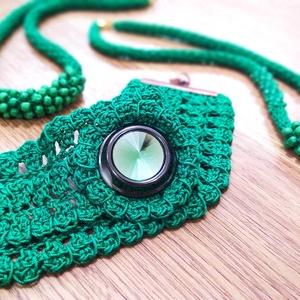 Green Dream- Zöld Széles Karkötő- Kapcsos- Kristályszerű Díszgombbal, Ékszer, Karkötő, Széles karkötő, Horgolás, Ékszerkészítés, Szép, élénk zöld pamutfonalból készült ez a széles karkötő, melynek az alapja csipkeszerű, lyukacsos..., Meska