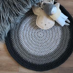 Szürke szőnyeg skandináv stílusban, Lakberendezés, Otthon & lakás, Lakástextil, Szőnyeg, Horgolás, Szürke három árnyalatából, kézzel készült kerek szőnyeg.\nA bemutatott szőnyeg 5 mm-es 100% pamut zsi..., Meska