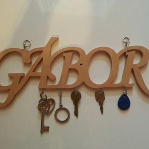Falra akasztható egyedi kulcstartó - Fali kulcstartó, Dekoráció, Otthon & lakás, Lakberendezés, Tárolóeszköz, Famegmunkálás, Minden lakás dísze lehet, egy egyedi, falra akasztható kulcstartó. Natúr nyírfából készül, a betűk 1..., Meska