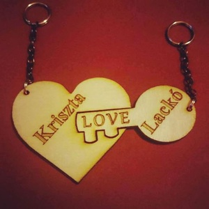 Szív kulcstartó - két részes, pároknak, Egyéb, Kulcstartó, táskadísz, Táska, Divat & Szépség, Szerelmeseknek, Ünnepi dekoráció, Dekoráció, Otthon & lakás, Famegmunkálás, Gravírozás, pirográfia, Páros kétrészes fa kulcstartó, amelyen a szerelmes pár neve látható.\nÖtletes ajándék nászajándékba v..., Meska