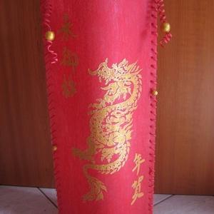 Kínai arany sárkány egy vadítóan piros lámpán, Lakberendezés, Otthon & lakás, Dekoráció, Lámpa, Képzőművészet, Festett tárgyak, Mindenmás, 50 cm magas lámpa melyet lámpafóliából vágtam és piros dekoranyagra, kézzel festett arany sárkány mo..., Meska