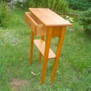 1 fiokos kisasztalka, Otthon & Lakás, Bútor, Tömör  bontott fenyőfából készült egy fiokos, polcos kisasztalka magasság: 98 cm asztallap mérete: 6..., Meska