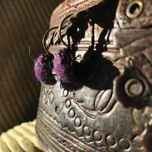 Francia kapcsos,lila nemezelt fülbevaló,gyapjúból, Ékszer, Fülbevaló, Ékszerkészítés, Nemezelés, Egy félbevágott lila nemezgolyóból készült ez a mutatós franciakapcsos fülbevaló! \n\n         Hossz:2..., Meska