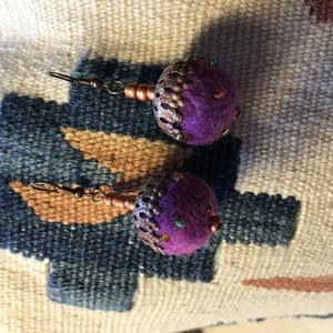 Nagy lila nemezelt golyó fülbevaló gyapjúból,réz-bronz kiegészítővel, Ékszer, Fülbevaló, Ékszerkészítés, Nemezelés, Egy nagy lila nemez golyóból és réz-bronz színű gyöngyökből készült ez a mutatós kis akasztós fülbev..., Meska