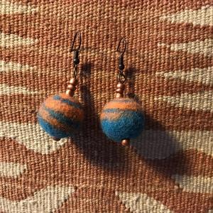 Nagy türkiz-narancs nemezelt golyó fülbevaló gyapjúból,réz-bronz kiegészítővel (SomViragArt) - Meska.hu