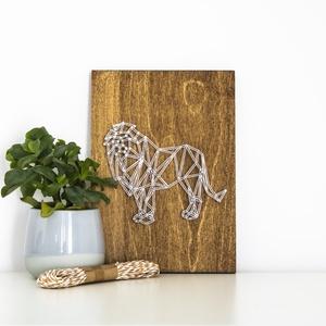 Oroszlán string art, geometriai oroszlán, állat string art, Otthon & lakás, Lakberendezés, Gyerek & játék, Esküvő, Mindenmás, Szövés, 10mm-es nyír rétegelt lemezre, string art technikával készítettem a faliképet. A lemezt dió fafesték..., Meska