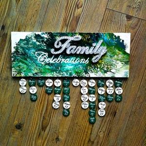 Családi öröknaptár String art, Családi Naptár, Családi ünnepnapok, Otthon & lakás, Naptár, képeslap, album, Esküvő, Férfiaknak, Festett tárgyak, Szövés, Ennek a gyönyörű öröknaptárnak az alapját egy 15x40-es nyír rétegelt lemez adja, amelyre festékfolya..., Meska