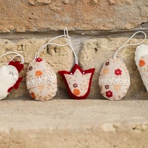 Húsvéti díszek 3., Húsvéti díszek, Ünnepi dekoráció, Dekoráció, Otthon & lakás, Varrás, Filcből készült húsvéti díszek.\n\nTyúk: 7,5 cm\nTojás: 6,5 cm\nTulipán: 5,5 cm\nSzív: 9,5 cm\n\nAz ár 5 db..., Meska