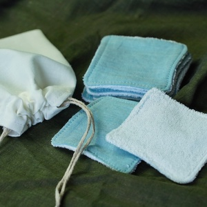 5 db arctisztító párna mosózsákkal, kék színben, hulladékmentes, zero waste, Szépségápolás, Arcápolás, Arctisztító korong, Varrás, A csomag tartalma: 5 darab arctisztító  párna (kb. 7x7 cm), és egy 12x15 cm-es mosózsák, amiben a 5 ..., Meska