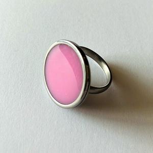 Műgyanta gyűrű rózsaszín, Ékszer, Gyűrű, Ékszerkészítés, Mindenmás, Állítható nemesacél gyűrű rózsaszín pigmenttel színezett műgyantával kiöntve\n\nGyűrű átmérője: 2 cm\n\n..., Meska
