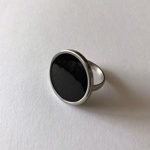 Műgyanta gyűrű fekete, Ékszer, Gyűrű, Ékszerkészítés, Mindenmás, Állítható nemesacél gyűrű fekete pigmenttel színezett műgyantával kiöntve\n\nGyűrű átmérője: 2 cm\n\nKéz..., Meska