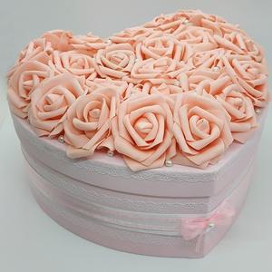 Rózsadoboz - Finom romantika, Esküvő, Nászajándék, Szerelmeseknek, Ünnepi dekoráció, Dekoráció, Otthon & lakás, Lakberendezés, Festett tárgyak, Virágkötés, Megvan az ajándék és egyedi csomagolásban adnád át?\nVan egy doboznyi édességed, de a bolti csomagolá..., Meska