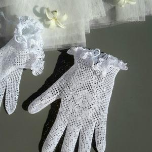 Romantikus fehér kesztyű, Esküvő, Táska, Divat & Szépség, Esküvői ékszer, Ruha, divat, Sál, sapka, kesztyű, Kesztyű, Horgolás, EGYEDI TERVEZÉSŰ tervezésű virágmintás fodros kesztyűcske.\n\nStílusa: Romatikus / Vintage\n\nMéret: S-e..., Meska