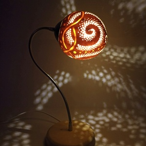 Spirál - Tök lámpa , Állólámpa, Lámpa, Otthon & Lakás, Famegmunkálás, Gravírozás, pirográfia, Kerek formájú tökböl készült, spirál mintázatú rugalmas (állítható) karú állólámpa.\n\nTömör fa állván..., Meska