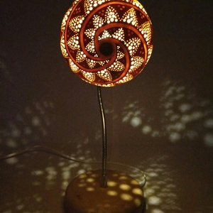 Fibonacci - Tök lámpa , Állólámpa, Lámpa, Otthon & Lakás, Famegmunkálás, Gravírozás, pirográfia, Kerek formájú tökből készült spirál mintázatú, hajlítható, rugalmas karú állólámpa 1.5 m-es kapcsoló..., Meska