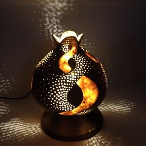 Tulipán - Tök lámpa , Otthon & lakás, Dekoráció, Dísz, Lakberendezés, Lámpa, Asztali lámpa, Hangulatlámpa, Famegmunkálás, Gravírozás, pirográfia, Tulipán formájú, egymásba fonódó csíkos mintázatú asztali hangulatlámpa.\nÁtmérő 16 cm, magasság 20 c..., Meska