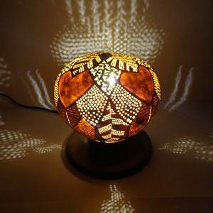 Őszi Levelek - Tök lámpa , Otthon & lakás, Dekoráció, Dísz, Lakberendezés, Lámpa, Asztali lámpa, Hangulatlámpa, Famegmunkálás, Gravírozás, pirográfia, Kerek formájú tökből készített, vegyes levél mintázatú asztali hangulatlámpa. Arany színű akril fest..., Meska