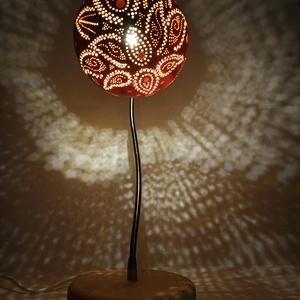 Virág - Tök lámpa , Otthon & lakás, Dekoráció, Dísz, Lakberendezés, Lámpa, Asztali lámpa, Hangulatlámpa, Famegmunkálás, Gravírozás, pirográfia, Kerek formájú tökböl készült, tavon úszó lótusz mintázatú rugalmas (állítható) karú állólámpa.\n1.5 m..., Meska