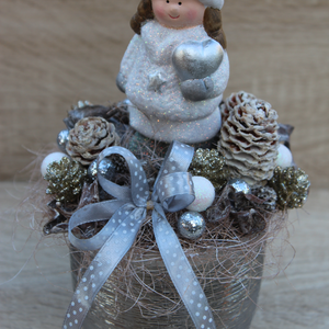 Ezüst színű karácsonyi asztaldísz, Karácsony, Karácsonyi dekoráció, Otthon & lakás, Dekoráció, Dísz, Lakberendezés, Asztaldísz, Virágkötés, Az asztaldísz alapja egy ezüst színű kerámia kaspó, amelyet különböző termésekkel és egy ezüstösen c..., Meska
