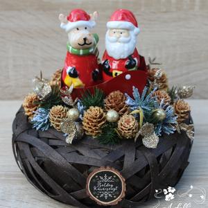 Karácsonyi asztaldísz só és borsszóróval, Karácsony, Karácsonyi dekoráció, Otthon & lakás, Dekoráció, Dísz, Lakberendezés, Asztaldísz, Virágkötés, Az asztaldísz alapja egy barna színű fonott kosár, amelyet tobozzal és műfenyővel díszítettem. A dek..., Meska