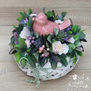 Tavaszi asztaldísz, dekoráció, Otthon & lakás, Dekoráció, Dísz, Lakberendezés, Asztaldísz, Virágkötés, A dekoráció alapja egy fehér, fonott kaspó, amelyet selyemvirággal és egy kerámia madárral díszített..., Meska