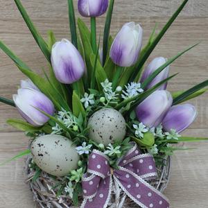 Húsvéti/tavaszi asztaldísz tulipánnal, Otthon & lakás, Dekoráció, Dísz, Ünnepi dekoráció, Húsvéti díszek, Lakberendezés, Asztaldísz, Virágkötés, Az asztaldísz alapja egy fonott kosár, amelyet élethű tulipánokkal, tojásokkal,  és szalaggal díszít..., Meska