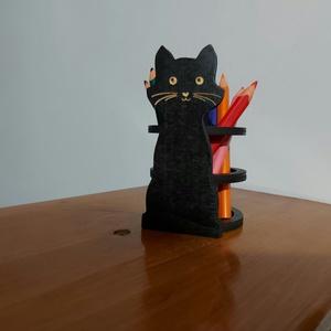 Fekete cicás ceruzatartó / tolltartó, Otthon & Lakás, Tárolás & Rendszerezés, Íróasztali tároló, Famegmunkálás, Gravírozás, pirográfia, Fekete cicás asztali ceruza/tolltartó gravírozott pofival vagy anélkül.\nEnnél az egyedi tervezésnél ..., Meska