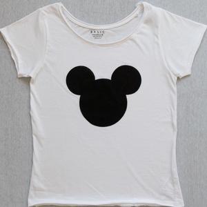 Női póló, Táska, Divat & Szépség, Ruha, divat, Női ruha, Póló, felsőrész, Festett tárgyak, Fehér alapon, kézzel festett, letisztult stílusú Mickey Mouse mintás, női póló. \nA póló anyaga 100% ..., Meska