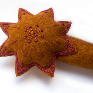 Hímzett, egyedi karácsonyfadísz, csúcsdísz, betlehemi csillag, bordó-okker, Otthon & Lakás, Karácsony & Mikulás, Karácsonyfadísz, Hímzés, Varrás, Okkersárga filcből készítettem csillag alakú csúcsdíszt, mely igazán különlegessé varázsolhatja kará..., Meska