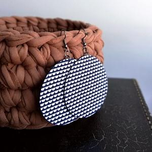 OpArt kék-fehér Maxi textilfülbevaló, Ékszer, Lógós kerek fülbevaló, Fülbevaló, Op Art jellegű kék-fehér hullám mintás textilből készült ez a fülbevaló. Pillekönnyű viselet, szinte..., Meska