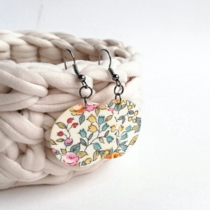 Virágos fülbevaló halvány, meleg színekben, tavasz - Midi textilfülbevaló, Ékszer, Lógós kerek fülbevaló, Fülbevaló, Vajszínű alapon rózsás textilből készült ez a fülbevaló. Pillekönnyű viselet, szinte alig érzed, hog..., Meska