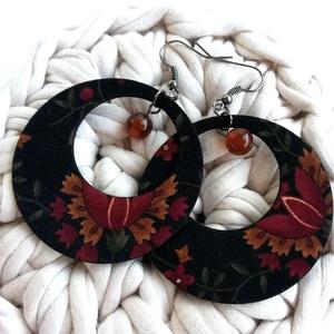 Fekete alapon elegáns növényi mintás, gyöngyös Maxi textilfülbevaló - sötét ősz, Ékszer, Fülbevaló, Lógós kerek fülbevaló, Fekete alapon növényi mintás mintás textilből készült ez a fülbevaló, melyet gyönggyel díszítettem. ..., Meska