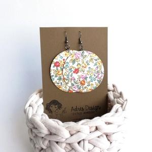 Fehér alapon sárga virágos Maxi textilfülbevaló - Meleg színekben, Ékszer, Lógós kerek fülbevaló, Fülbevaló, Törtfehér alapon finom, apró virágmintás textilből készült ez a fülbevaló. Pillekönnyű viselet, szin..., Meska