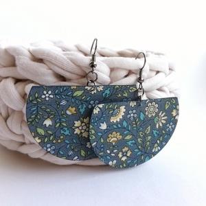Szürke alapon pasztell virágos Félhold textil ékszer - többféle variációban, Ékszer, Lógós fülbevaló, Fülbevaló, Különleges félkör alakú fülbevaló kékesszürke alapon virágmintás textilből. Kívánságod szerint válas..., Meska