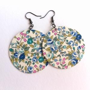 Virágos Maxi textilfülbevaló - Kékes színekben, Ékszer, Lógós kerek fülbevaló, Fülbevaló, Törtfehér alapon finom, apró virágmintás textilből készült ez a fülbevaló. Pillekönnyű viselet, szin..., Meska