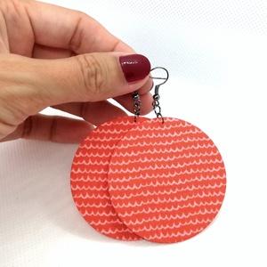 Hullám mintás korall fülbevaló - Maxi textilfülbevaló, Lógós kerek fülbevaló, Fülbevaló, Ékszer, Ékszerkészítés, Hullám mintás korall színű textilből készült ez a fülbevaló. Pillekönnyű viselet, szinte alig érzed,..., Meska