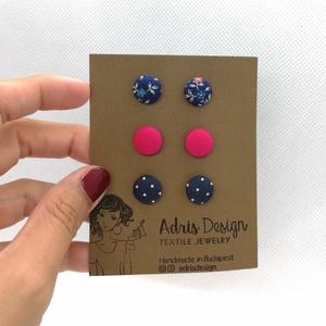 Micro textil fülbevaló csomag elegáns színekben - 3 pár , Ékszer, Pötty fülbevaló, Fülbevaló, Hármas fülbevaló csomag pici, 1 centiméteres méretben sötétkék alapon virágmintás, egyszínű pink és ..., Meska