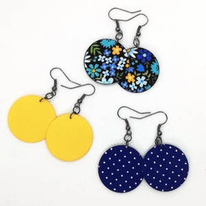 Hármas Midi textilfülbevaló csomag - Színes virágos, sárga, királykék tűpettyes, 3 pár, Lógós kerek fülbevaló, Fülbevaló, Ékszer, Ékszerkészítés, Színes virágos, egyszínű sárga, királykék tűpettyes textilből készültek ezek a fülbevalók. \n3 pár/cs..., Meska