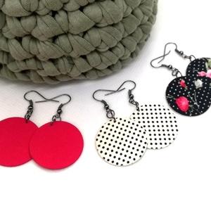 Hármas Midi textilfülbevaló csomag - Pöttyös fekete rózsás, pink, fehér alapon tűpettyes, 3 pár, Ékszer, Lógós kerek fülbevaló, Fülbevaló, Pöttyös fekete alapon rózsás, egyszínű pink, törtfehér alapon fekete pöttyös textilből készültek eze..., Meska