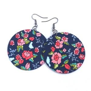 Télikert MAXI textil ékszer - kék alapon virágmintás, Ékszer, Lógós kerek fülbevaló, Fülbevaló, Sötétkék alapon rózsaszín, virágmintás anyagból készítettem Neked ezt a fülbevalót.  Ezüst színű, ni..., Meska