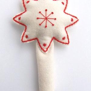 Hímzett, egyedi karácsonyfadísz, csúcsdísz, betlehemi csillag, fehér-piros, Otthon & Lakás, Karácsony & Mikulás, Karácsonyfadísz, Hímzés, Varrás, Fehér filcből készítettem csillag alakú csúcsdíszt, mely igazán különlegessé varázsolhatja karácsony..., Meska