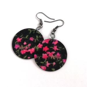 Fekete alapon pink virágos Midi textilfülbevaló, Ékszer, Fülbevaló, Lógós kerek fülbevaló, Fekete alapon pink virágmintás textilből készítettem Neked ezt a fülbevalót.  Ezüst színű, nikkelmen..., Meska
